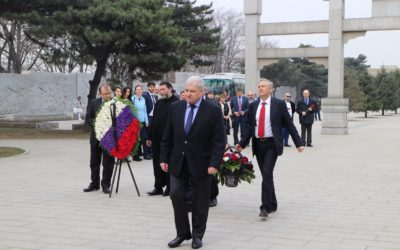 Церемония возложения цветов к Мемориалу павших советских воинов в Шэньяне.  XI конференция российских соотечественников, проживающих в Китае.